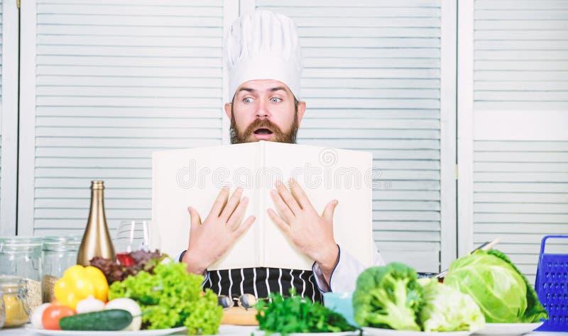 ?atwa i szybka Dieting ?ywno?? organiczna Kuchnia kulinarna vite Zdrowy karmowy kucharstwo Dojrza?y modni? z brod? powaga fotografia stock