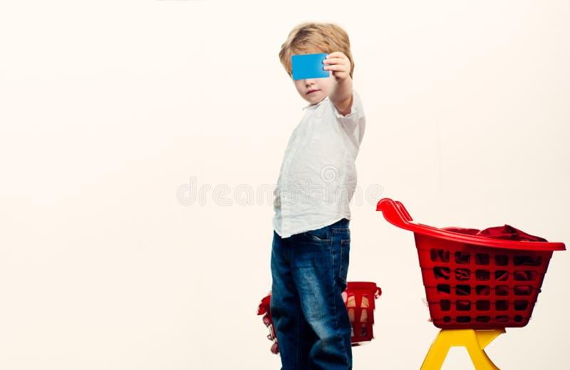 ?atwy zakup Dzieciaka chwyta zakupy kosza plastikowa zabawka Zakup z rabatem rodzina t?a wyst?powa? samodzielnie w white na zakup zdjęcie royalty free