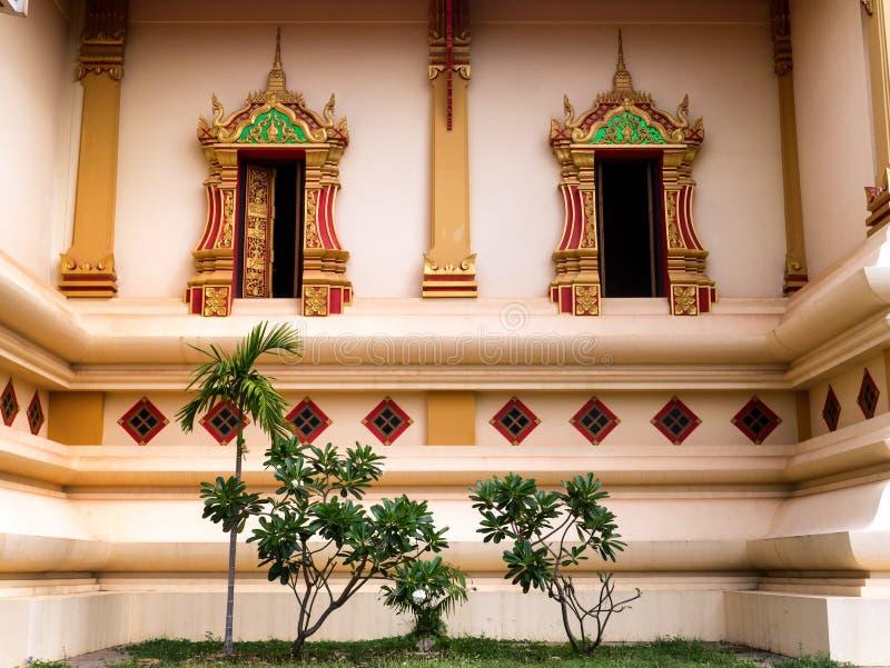 Außen-Windows bei Wat Thatluang Neua, Vientiane stockbild