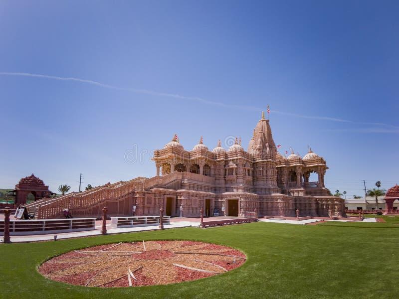 Außenansicht der berühmten BAPS Shri Swaminarayan Mandir stockbild