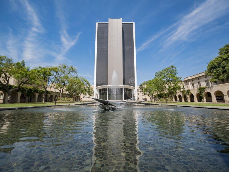 Außenansicht der Millikan-Bibliothek in Caltech lizenzfreie stockfotografie