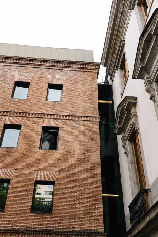Außenansicht des alten Palastes und der modernen Architekturerweiterung stockfotos