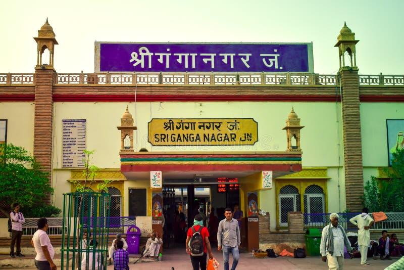 Außenansicht des Bahnhofs von Sri Ganganagar in Rajasthan, Indien stockfotos
