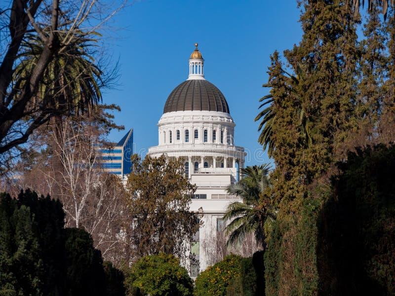 Außenansicht des historischen Staat California-Kapitols stockbilder