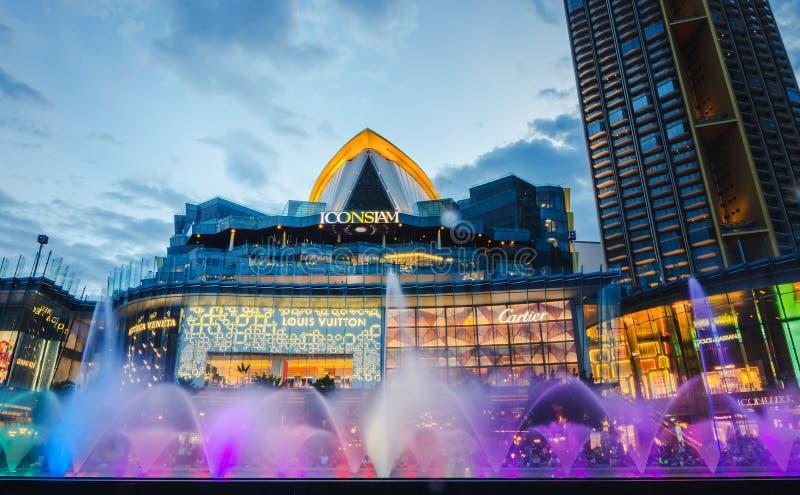 Außenansicht von Iconsiam an der Flussseite IKONE SIAM ist das neue Einkaufszentrum und der Markstein von Bangkok in der Dämmerun stockfoto