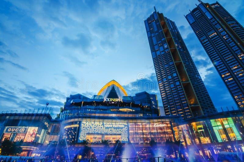 Außenansicht von Iconsiam an der Flussseite IKONE SIAM ist das neue Einkaufszentrum und der Markstein von Bangkok stockfotografie