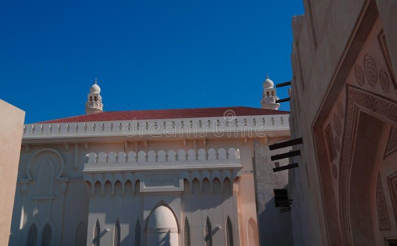 Außenansicht zu Sheikh Isa Bin Ali Al Khalifa-Haus und zur Moschee, Manama, Bahrain stockbild