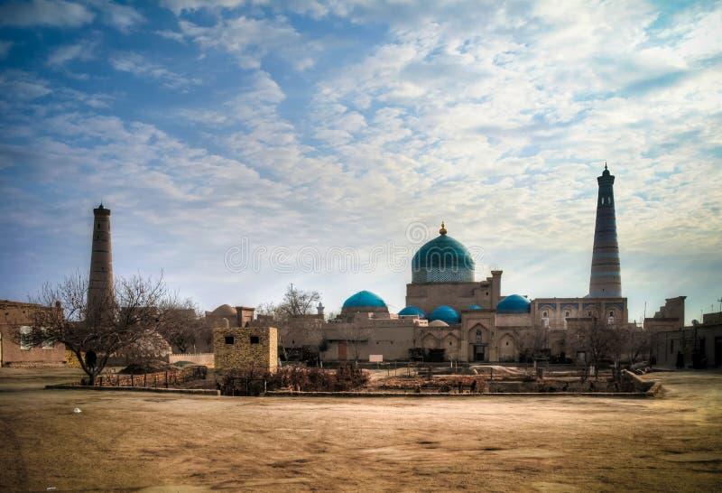 Außenansicht zum Mausoleum von Moschee Pahlavon Mahmoud, Juma und von geringem Minarett Khoja bei Itchan Kala, Khiva, Usbekistan stockbilder