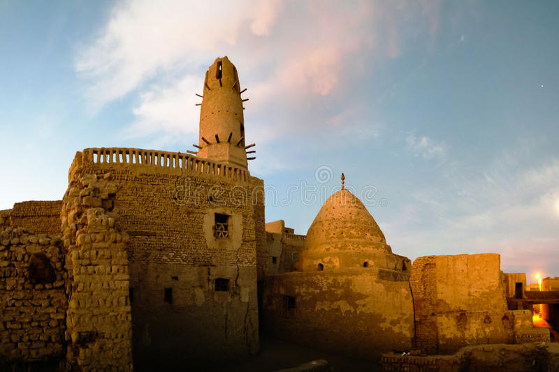 Außenansicht zur alten Stadt des Als-Qasr und zur Moschee, Dakhla-Oase, Ägypten lizenzfreies stockbild
