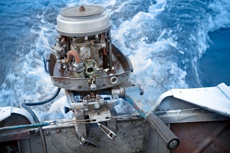 Außenbordmotor des alten Bootes arbeitet ohne Abdeckung stockfotos