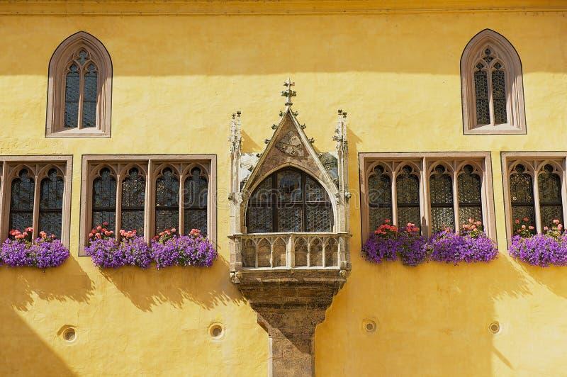 Außendetail des Rathausgebäudes mit gotischen Fenstern in Regensburg, Deutschland lizenzfreies stockfoto