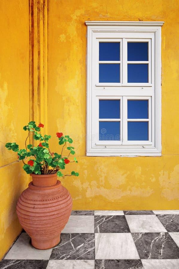 Außendetail einer gelben alten Villa lizenzfreie stockfotos
