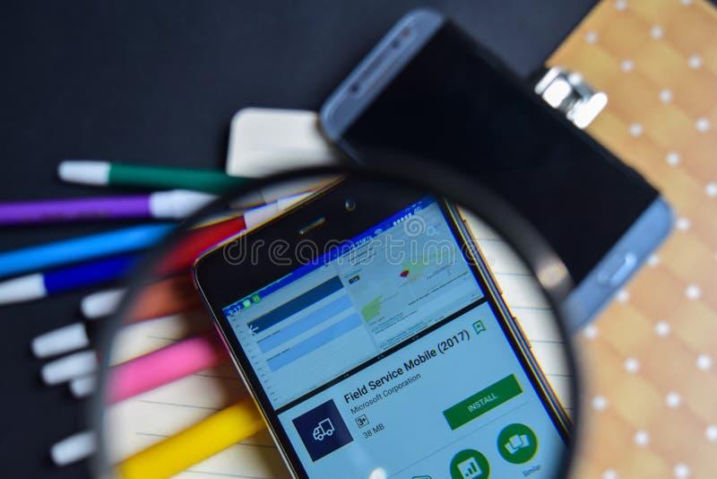 Außendienst-Mobile-APP 2017 beim Vergrößern auf Smartphone-Schirm lizenzfreies stockbild