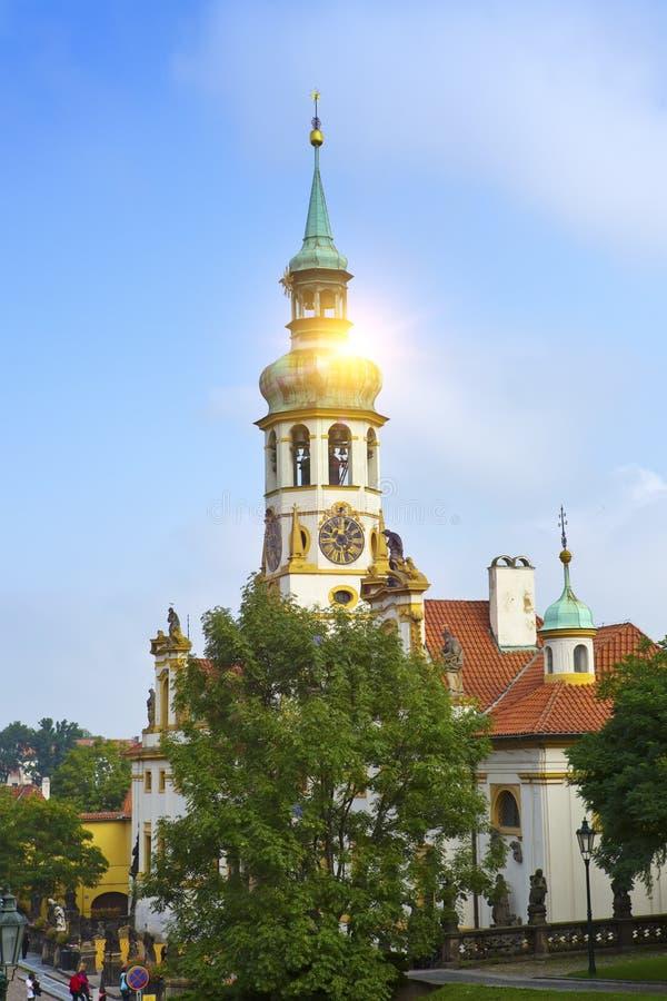 Außenfassade von Loreta-Kirche in Prag stockbilder