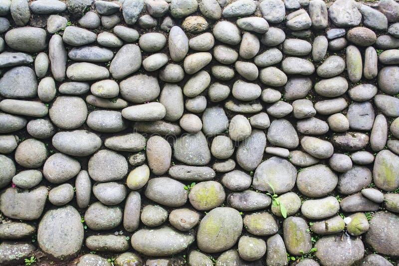Außenkiesel Steinwand Mit Unkraut Und Moos Wachsen Auf Ihm Alte  Backsteinmauer Verwitterte Haufen Des Runden Granits Als Wand