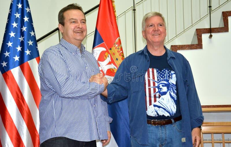Außenminister der Republik von Serbien, von Ivica Dacic und von Botschafter von den Vereinigten Staaten von Amerika in Serbien Ky stockfotografie