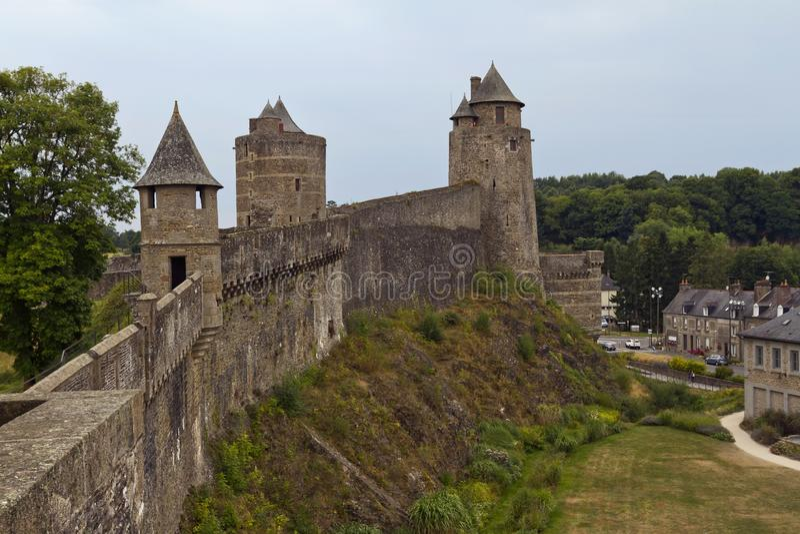 Außenwand und Türme von Chateau de Fougeres, Frankreich lizenzfreie stockbilder