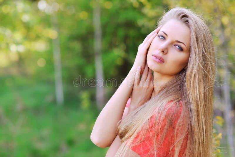 Außerhalb des Abschlusses herauf Porträt der schönen jungen glücklichen Frau mit Franc stockbild