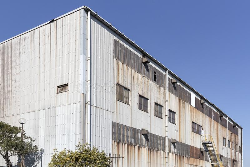Außerhalb des alten Fabrikgebäudes stockbilder