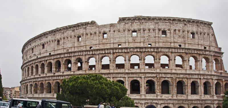 Außerhalb des berühmten römischen colosseum stockfotografie