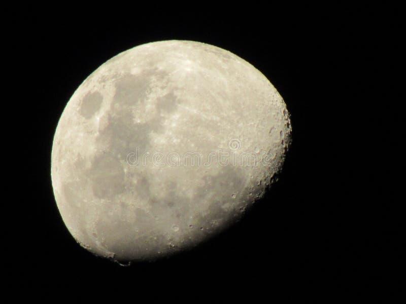 Außerordentlicher gibbous Mond!!! lizenzfreie stockfotos