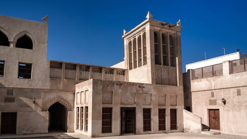 Außenansicht zu Sheikh Isa Bin Ali Al Khalifa-Haus und zur Moschee, Manama, Bahrain lizenzfreies stockbild