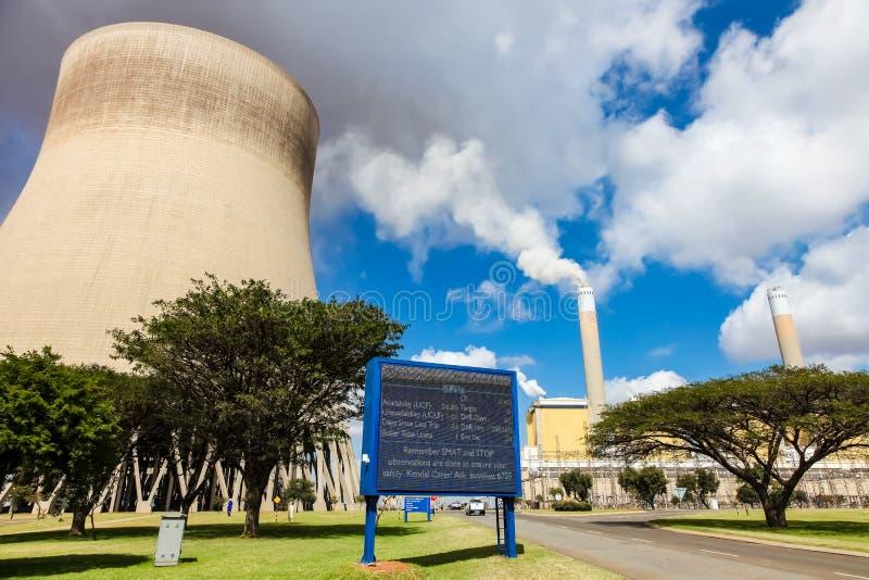 Außerhalb eines Kohlen-brennenden Kraftwerks stockfotografie