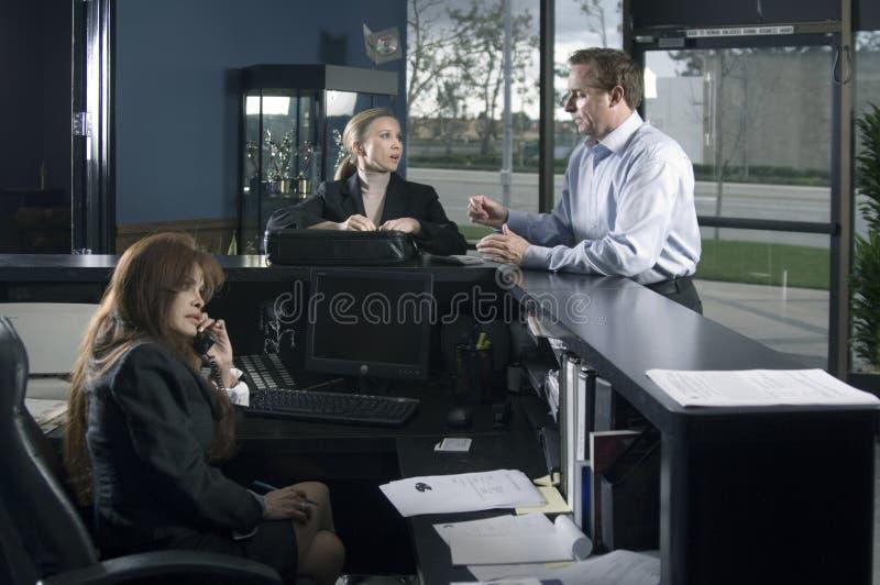 Au bureau de réception photographie stock libre de droits