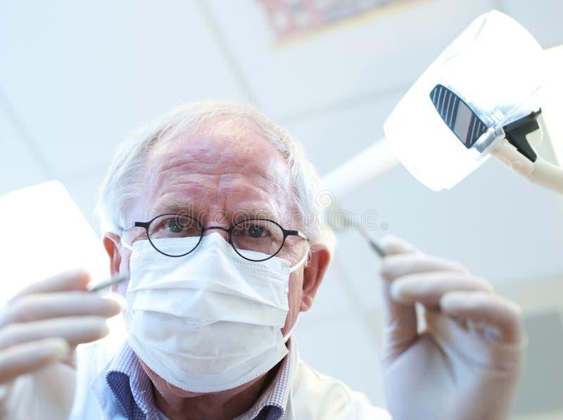 Au bureau du dentiste image stock