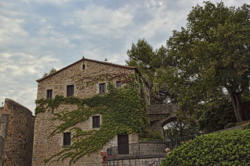Au centre historique de Gérone Vieille maison, tortillée avec l vert photo stock