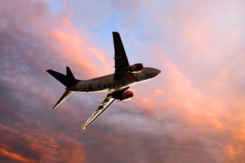 au-dessous de la vue d'avion à réaction de crépuscule photo libre de droits