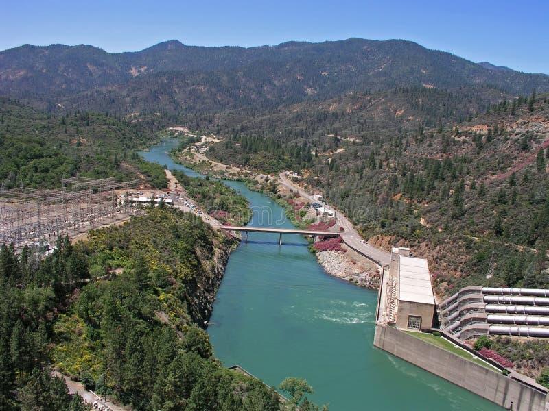 Au-dessous du barrage de Shasta images stock