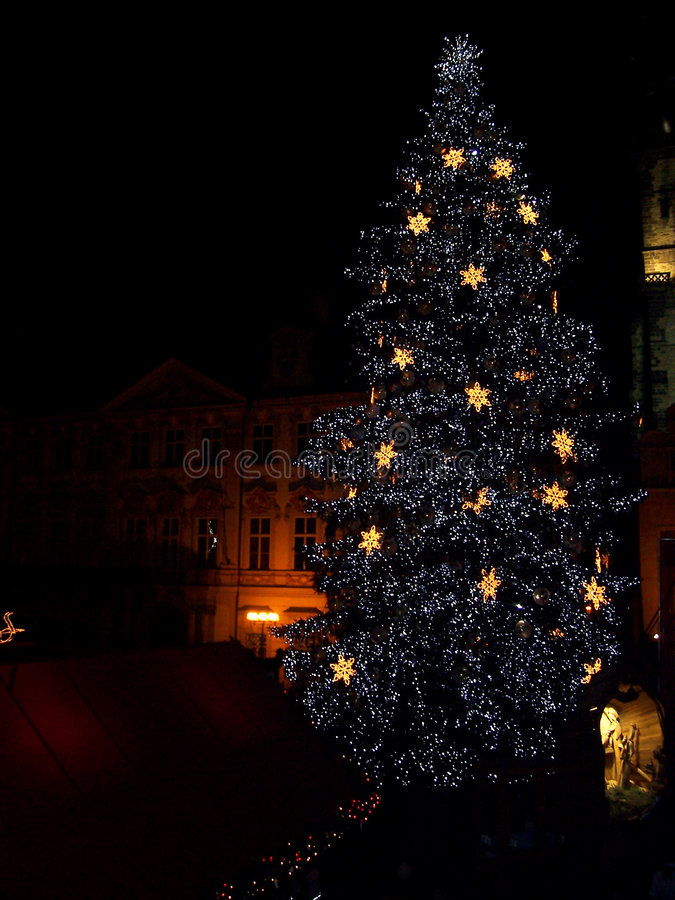 Au-dessus de l'arbre de Noël de Prague   photo stock