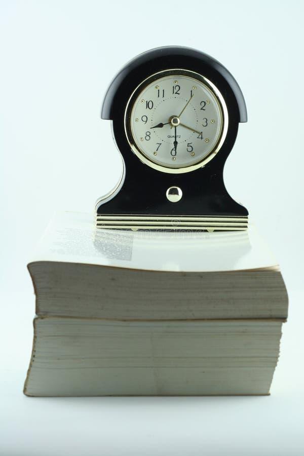 au-dessus de l'horloge de livre photographie stock libre de droits