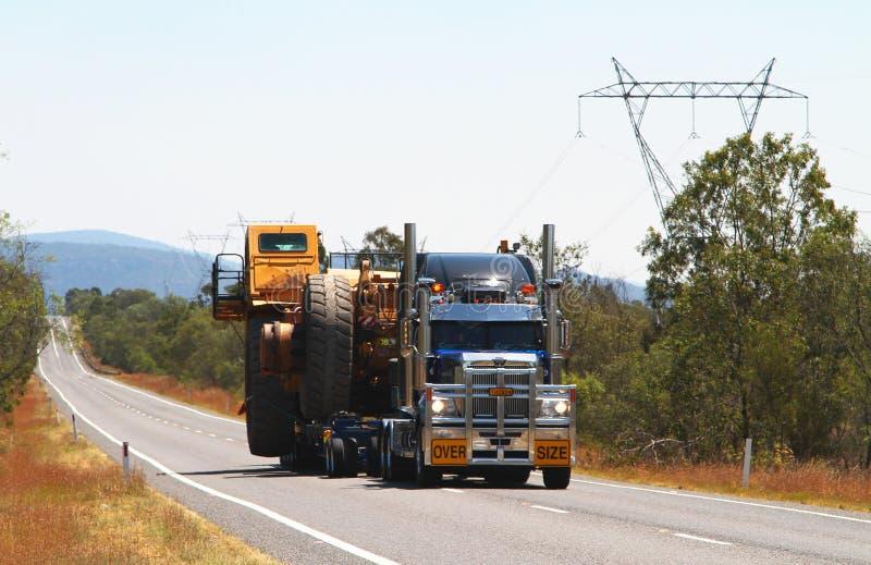 Au-dessus de la charge de camion de taille image stock