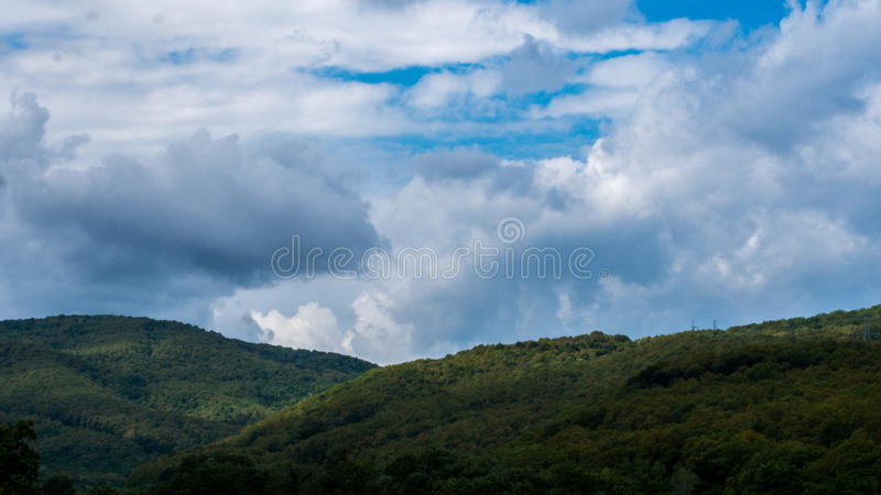 Au-dessus de la colline et loin photo libre de droits