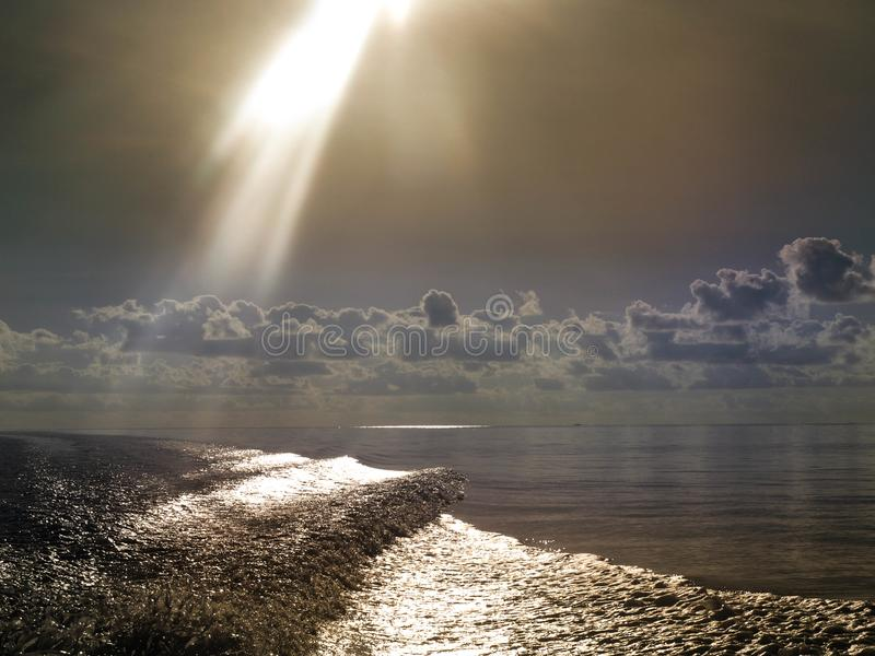 au-dessus de la mer d'arc-en-ciel image libre de droits