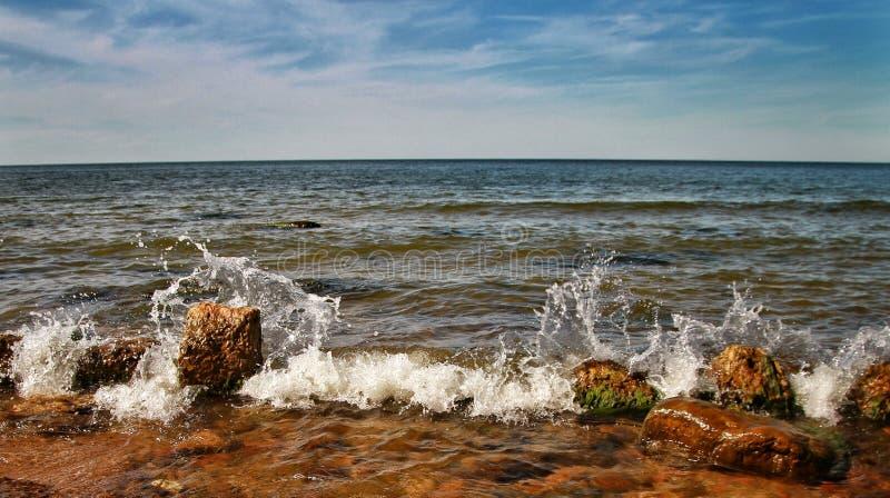 Au-dessus de la mer est un nuage des nuages, jour ensoleillé d'A en mer baltique image stock