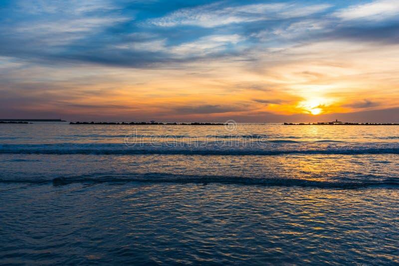 Au-dessus de la mer sous un ciel coloré au coucher du soleil photos libres de droits