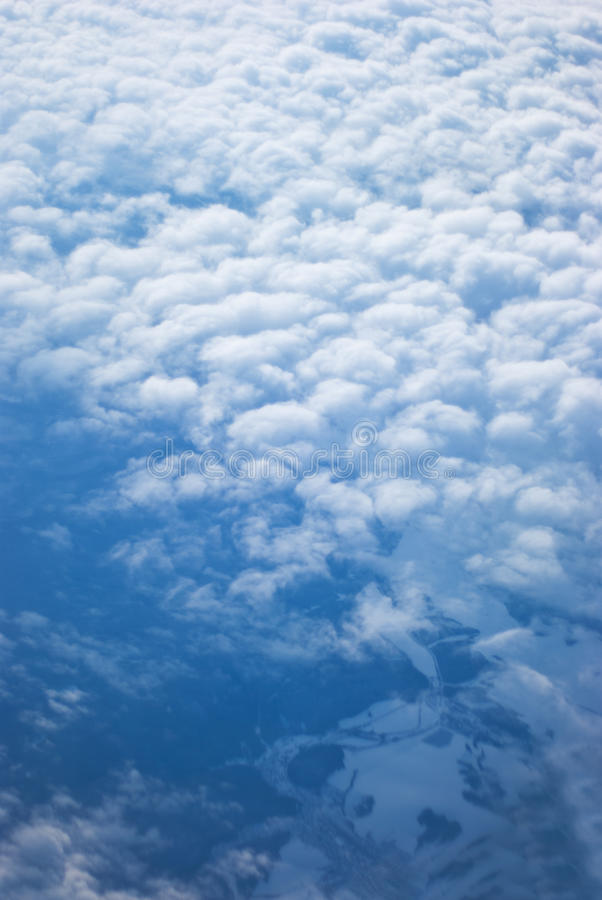 Au-dessus de la terre par des nuages photographie stock libre de droits