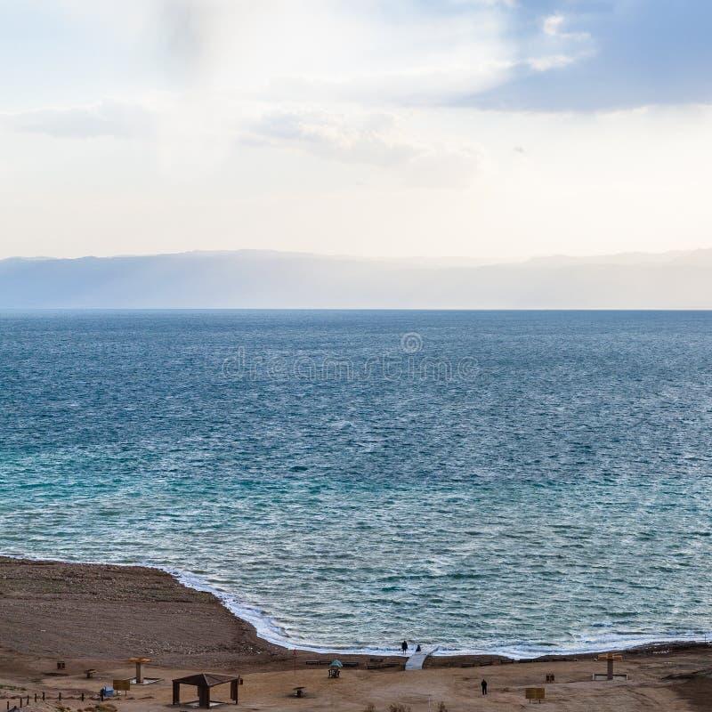 Au-dessus de la vue de la mer morte de la côte de la Jordanie en hiver photographie stock