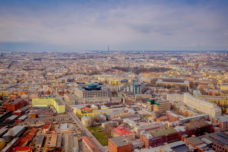 Au-dessus de la vue des bâtiments au centre historique du St Petersbourg dans le jour d'été, des bâtiments et de la zone industri photos stock