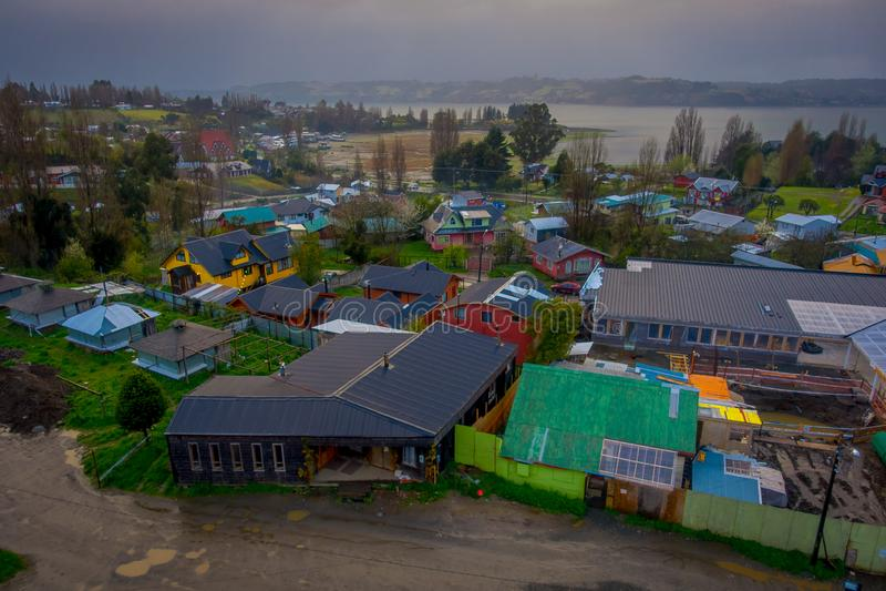 Au-dessus de la vue des bâtiments en bois dans la commune de chilota de Castro, dans un jour magnifique image libre de droits