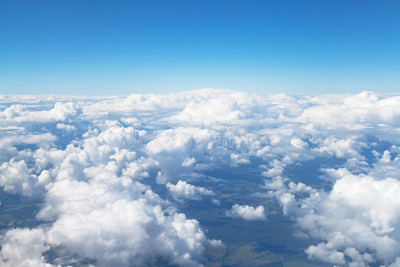 Au-dessus de la vue des nuages blancs en ciel bleu images libres de droits