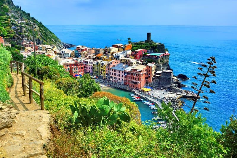 Au-dessus de la vue du village coloré de Cinque Terre de Vernazza avec le sentier de randonnée et la mer bleue images libres de droits