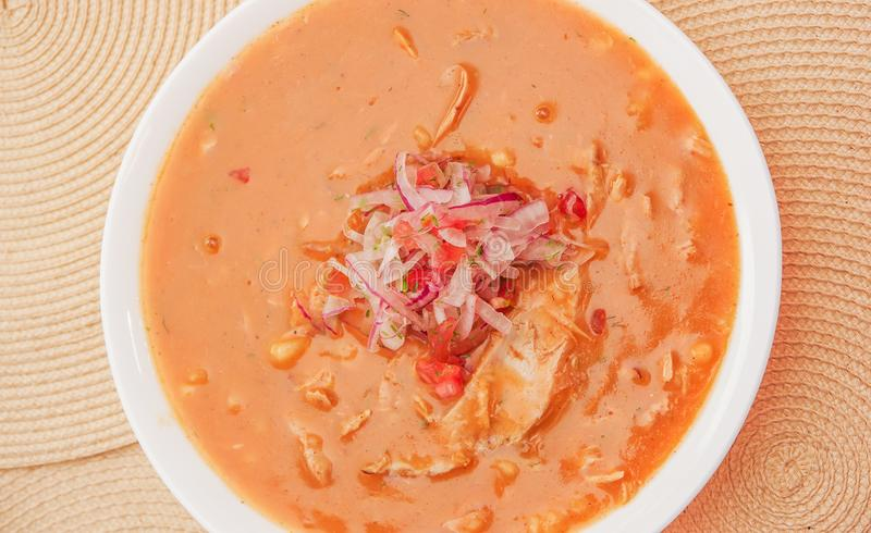 Au-dessus de la vue de la nourriture équatorienne traditionnelle a appelé Encebollado, ragoût de poissons à un arrière-plan en bo photo stock