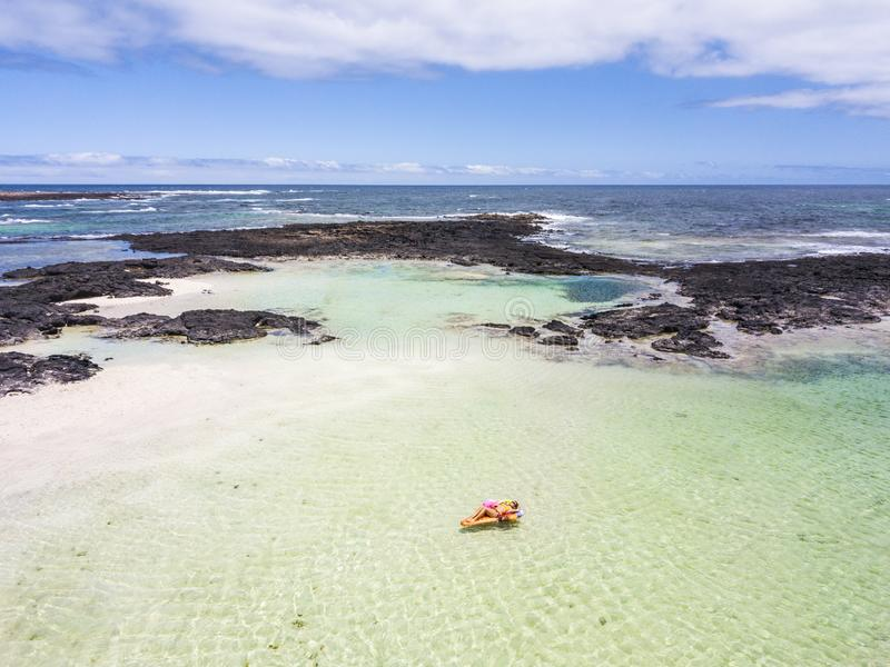 Au-dessus de la vue pour le voyage et le concept de vacances de vacances d'été - belle femme cacuasian de personnes fixer sur un  photographie stock