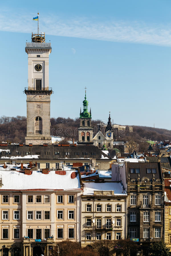 Au-dessus des maisons européennes dans la vieille partie de Lviv se lève la tour de Hall Lviv de ville et l'église de Dormition d photographie stock libre de droits