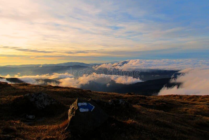 Au-dessus des nuages au coucher du soleil photos stock