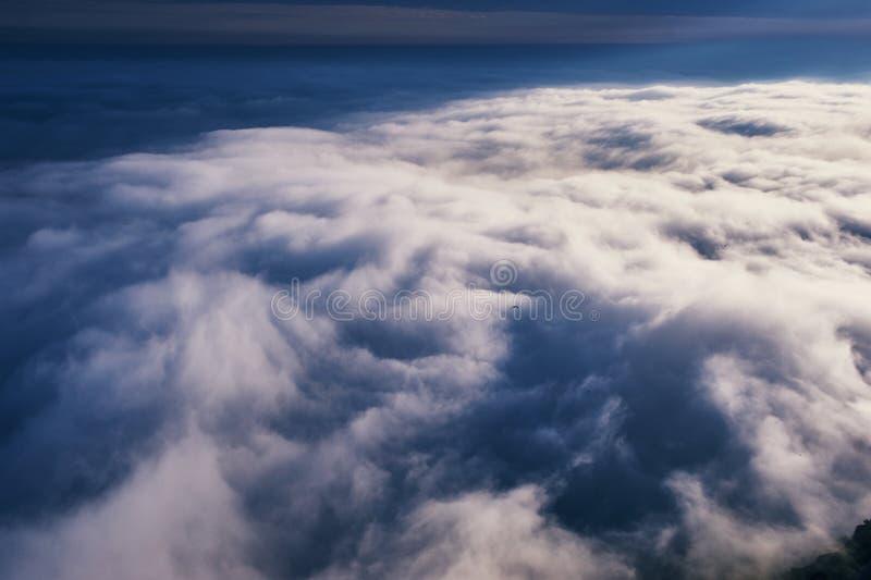 Au-dessus du cloudscape de nuages Temps nuageux dans les montagnes photographie stock libre de droits